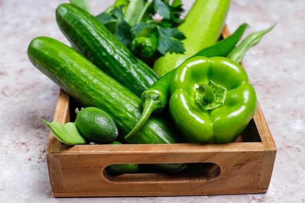 Świezi zieleni warzywa na betonowej powierzchni