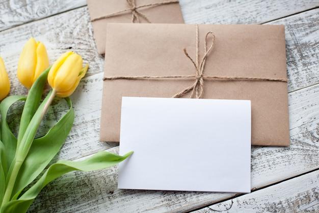 Świezi żółci tulipany i opróżniają etykietkę.