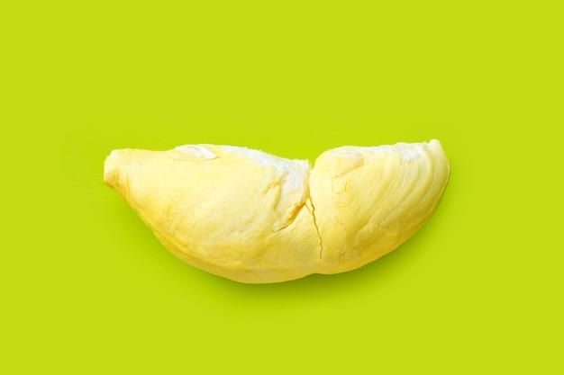 Świeżo cięty durian na zielonym stole. widok z góry