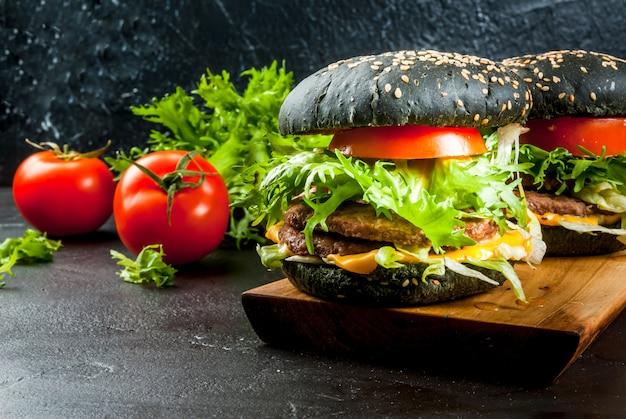 Świeżo domowe czarne burgery