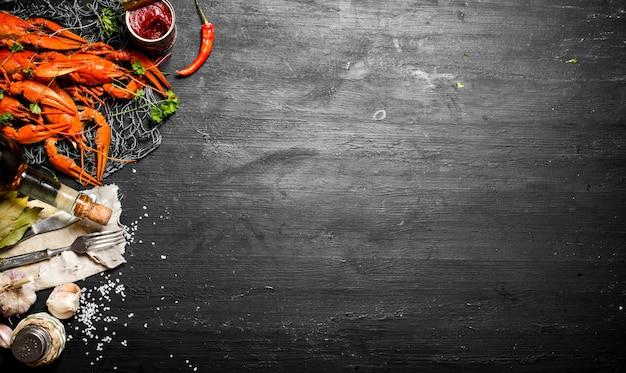 Świeżo gotowana raki z przyprawami i ziołami