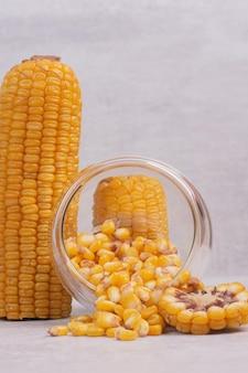 Świeżo gotowane corns na białym stole.