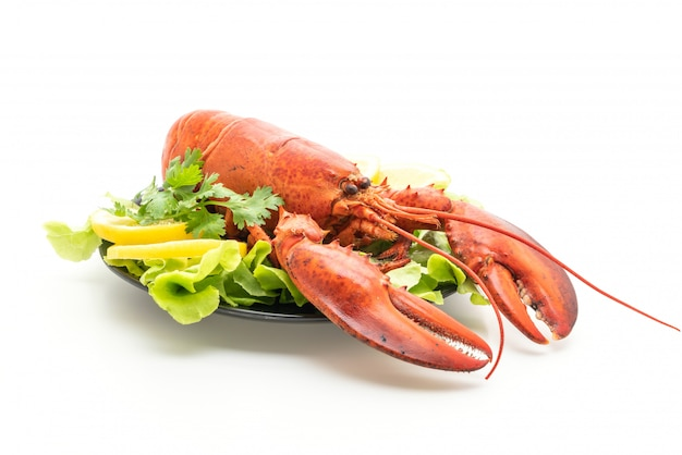 Świeżo gotowany homar z warzywami i cytryną