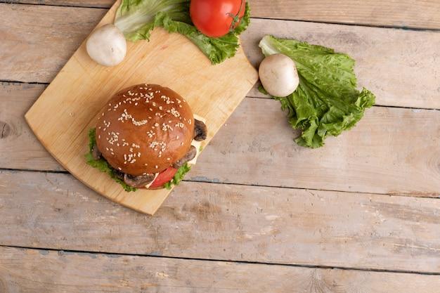 Świeżo grillowany burger grzybowy