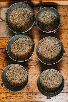 Świeżo palone aromatyczne ziarna kawy na nowoczesnej palarni kawy. widok z góry