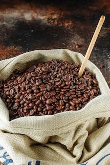 Świeżo palone ziarna kawy w jutowej torbie