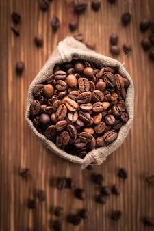 Świeżo palone ziarna kawy w worku jutowym