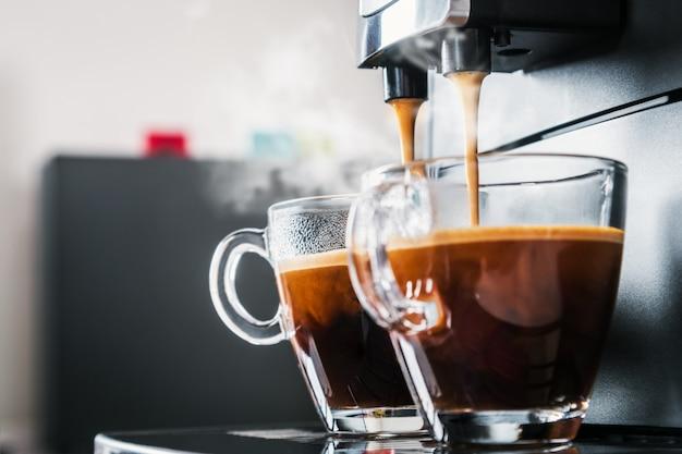 Świeżo parzona kawa jest nalewana z ekspresu do kawy