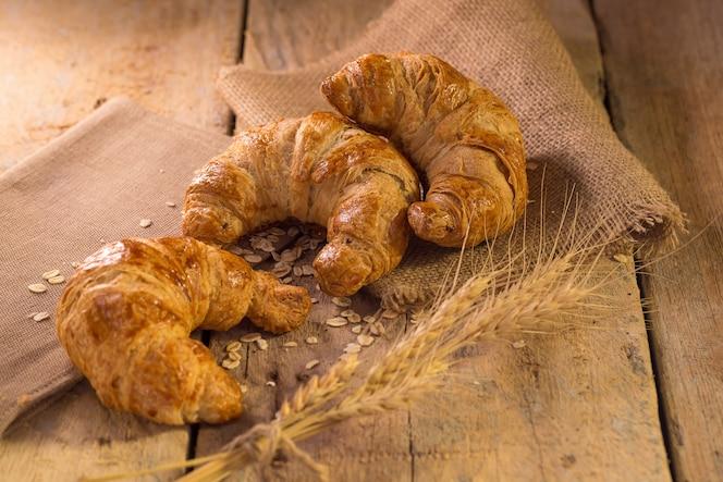 Świeżo piec croissants na ciemnym tle.