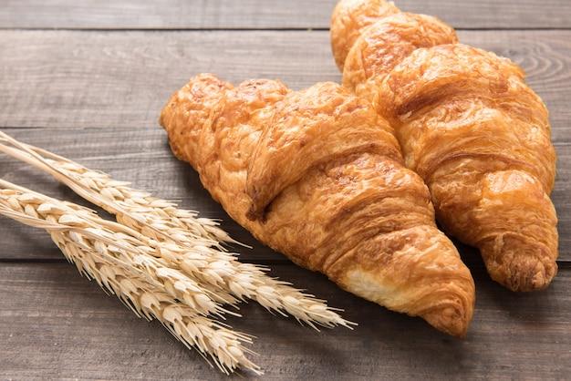 Świeżo piec masło croissant na drewnianym tle