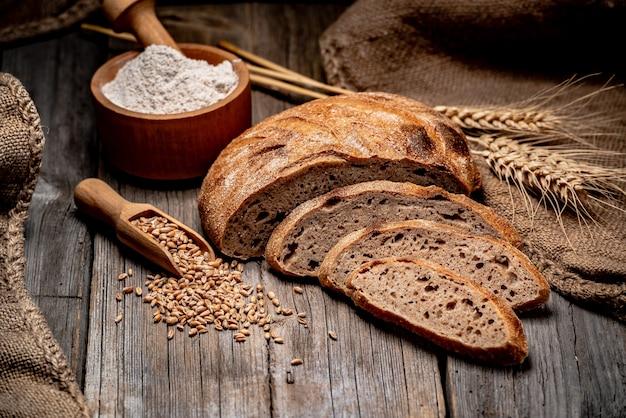Świeżo piec tradycyjny chleb na drewnianym stole