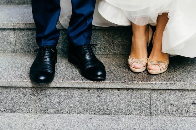Świeżo poślubiona para na schodach