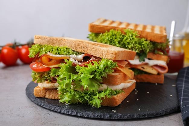 Świeżo przygotowane kanapki podawane na szarym stole