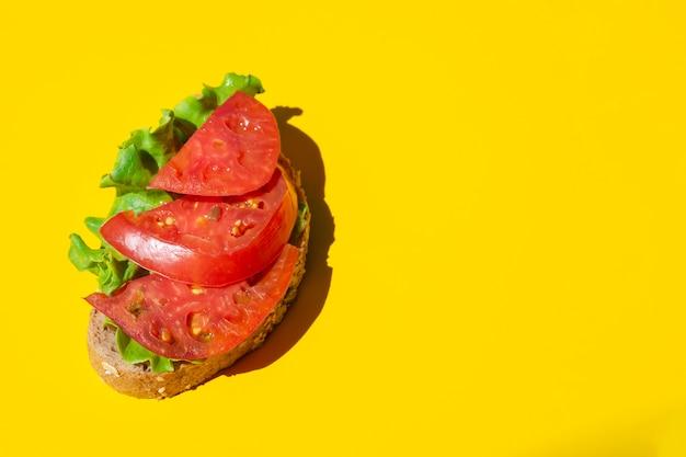 Świeżo pyszna kanapka z soczystymi pomidorami