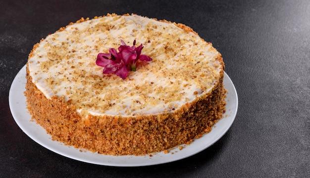 Świeżo pyszne ciasto marchewkowe ze śmietaną. ciasto marchewkowe z bitym lukrem