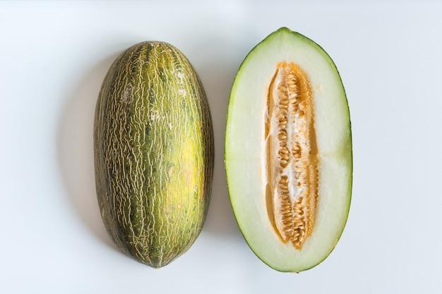Świeżo ścięty miodunka melon na białym tle