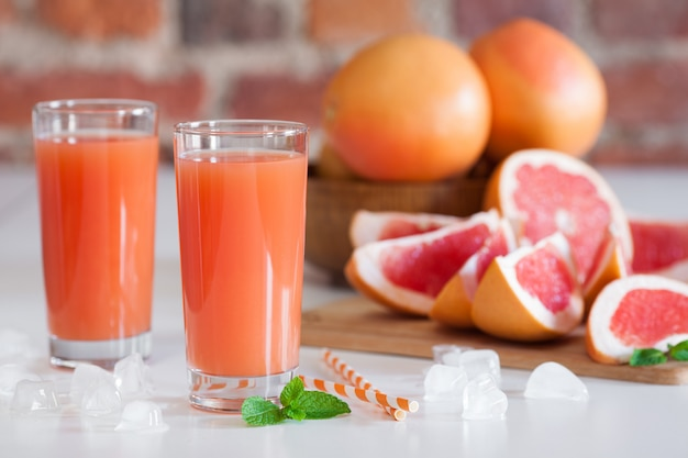 Świeżo tłoczony sok grejpfrutowy.