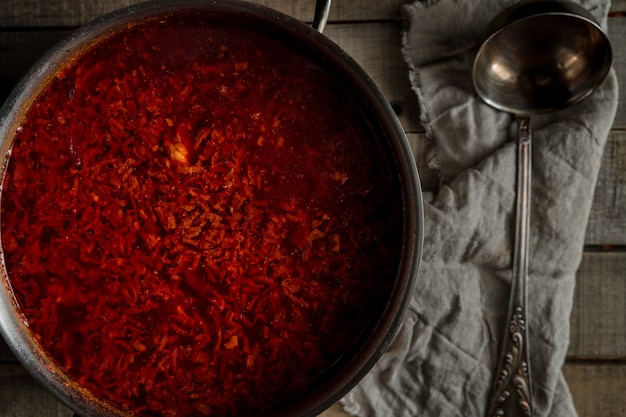 Świeżo ugotowana tradycyjna rosyjska zupa z buraków na patelni