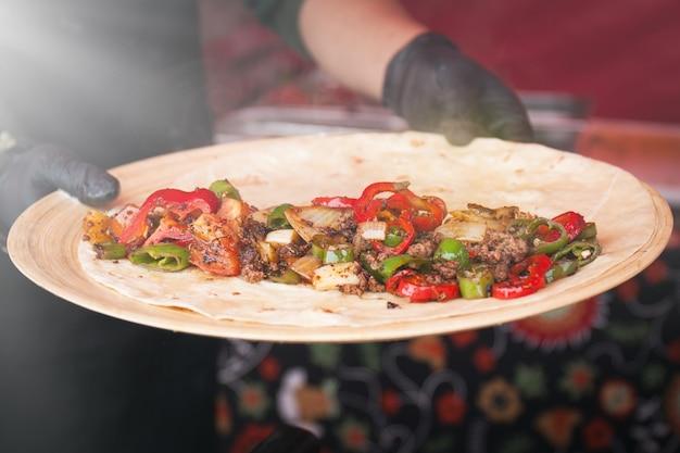 Świeżo ugotowane danie podejmowane przez kucharza