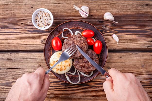 Świeżo ugotowane mięso burgera z warzywami