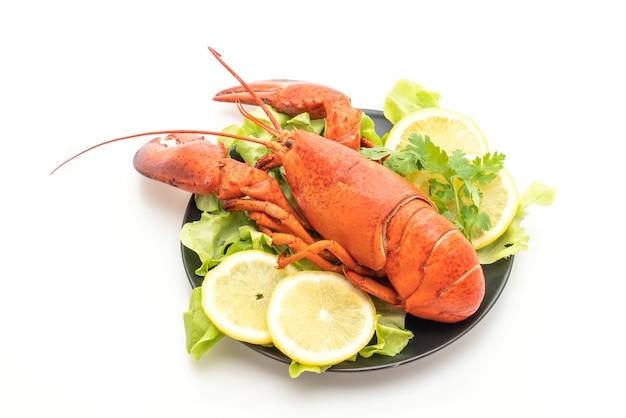 Świeżo ugotowany homar z warzywami i plasterkami cytryny