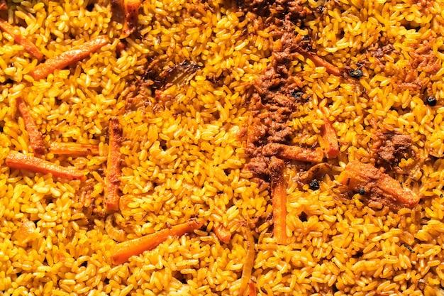 Świeżo ugotowany pilaw, widok z góry. pyszne doskonałe jedzenie. kuchnia narodowa uzbekistanu.