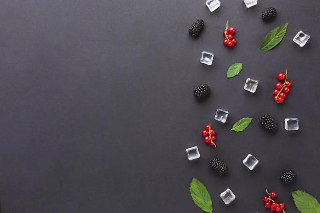 Świeżo ułożone płaskie jagody i liście z copyspace