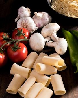 Świeżo ułożone świeże warzywa na makaron