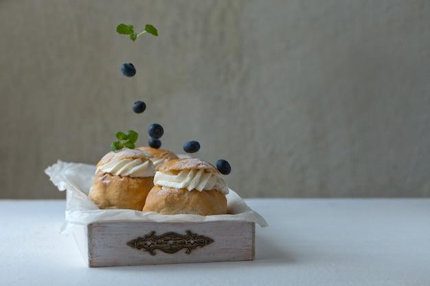 Świeżo upieczona domowa bułka z jeżyną na śniadanie tradycyjny chleb semla na rozkwit w czwartek
