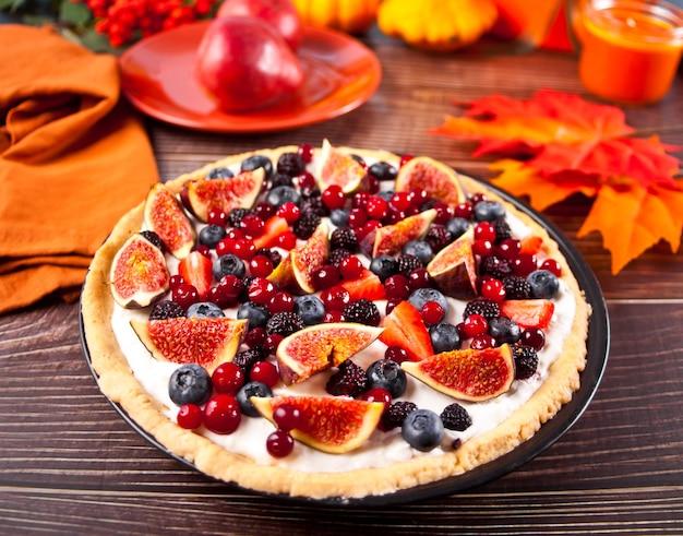 Świeżo upieczona tarta z figami i jagodami z serkiem mascarpone