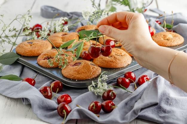 Świeżo upieczone babeczki wiśniowe ze świeżymi jagodami