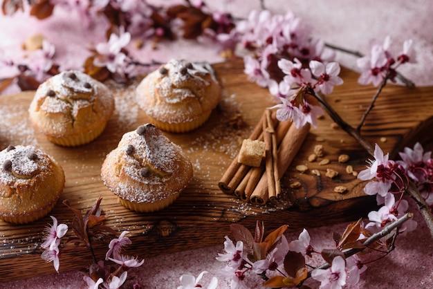 Świeżo upieczone babeczki z mąki ryżowej z bananem i wanilią z kubkiem gorącej czekolady. pyszne, orzeźwiające śniadanie z gorącą czekoladą i babeczkami