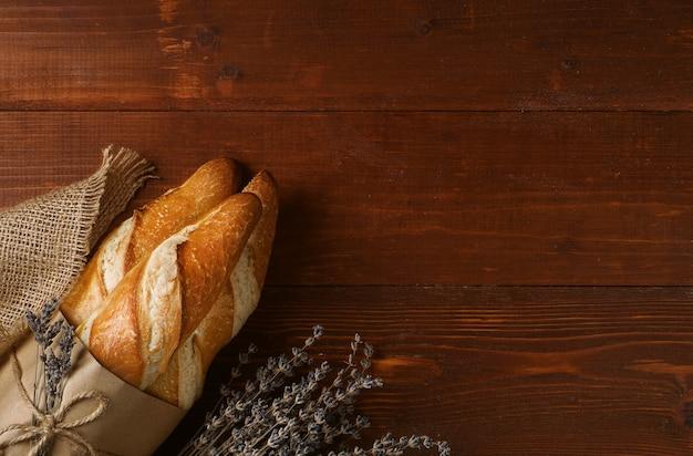 Świeżo upieczone bagietki na śniadanie w paryżu. koncepcja prywatnej piekarni. chleb bezglutenowy
