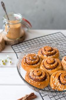 Świeżo upieczone bułeczki cynamonowe z przyprawami. kanelbule - szwedzki deser. koncepcja żywności. styl rustykalny