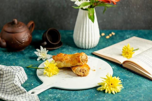 Świeżo upieczone chrupiące ciasto francuskie