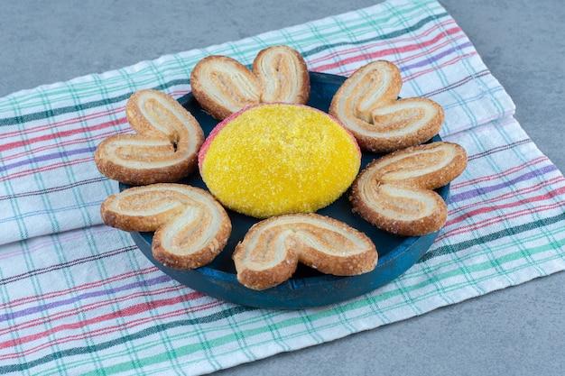 Świeżo upieczone ciasteczka na desce na bawełnianej serwetce.