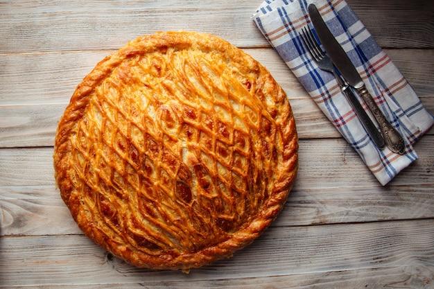 Świeżo upieczone ciasto z nadzieniem dyniowym z mięsem wołowym