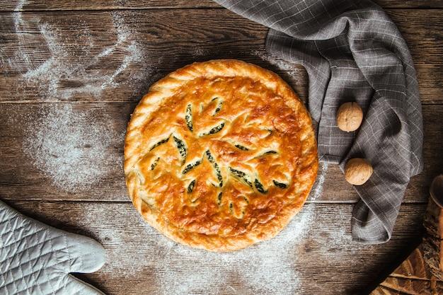 Świeżo upieczone ciasto ze szpinakiem i nadzieniem serowym
