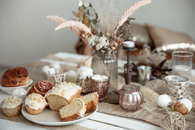 Świeżo upieczone domowe ciasta na świątecznym stole wielkanocnym. domowy styl hygge.