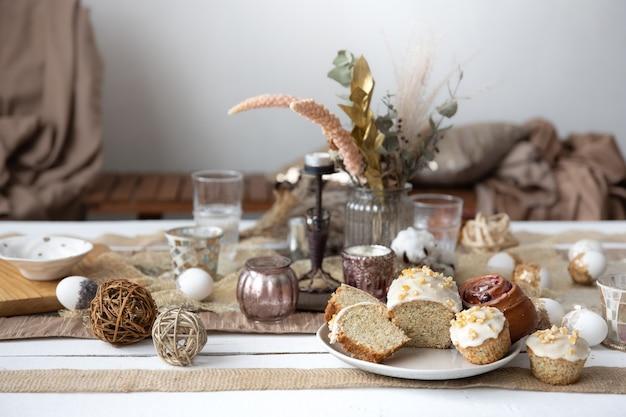 Świeżo upieczone domowe ciasta na świątecznym stole wielkanocnym.