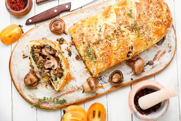 Świeżo upieczone domowe ciasto z grzybami z grzybami persimmon.wellington.
