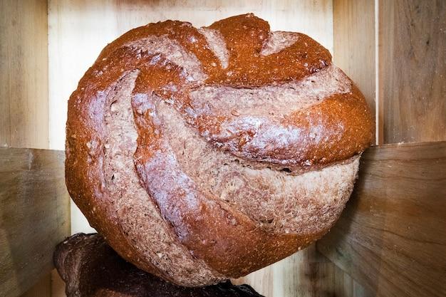 Świeżo upieczone pieczywo. okrągły brązowy bochenek chleba.