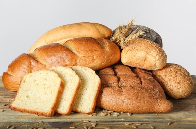Świeżo upieczone produkty chlebowe na stole