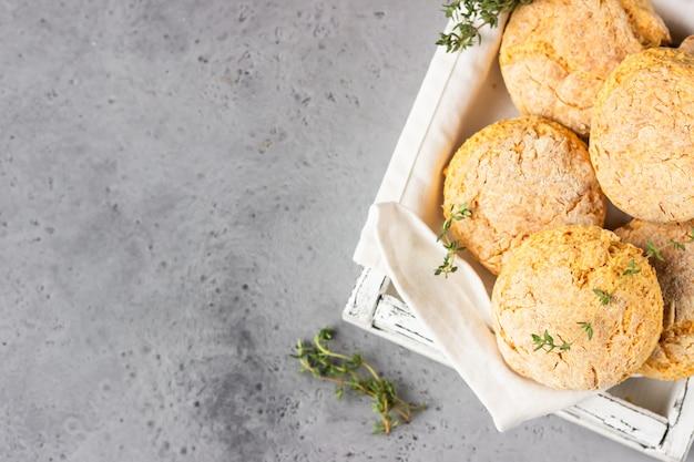 Świeżo upieczone pyszne domowe angielskie bułeczki z serem i tymiankiem