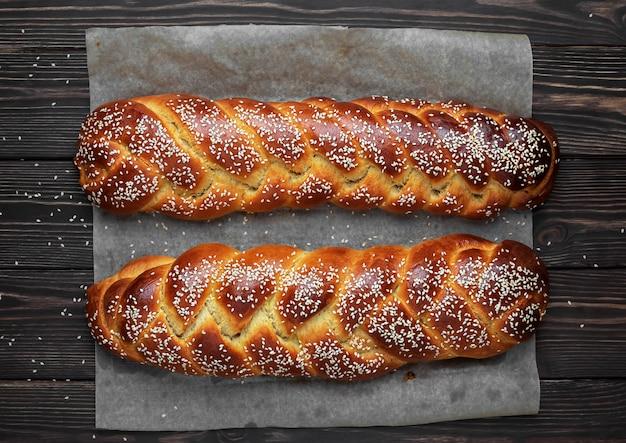Świeżo upieczone słodkie plecione chleby