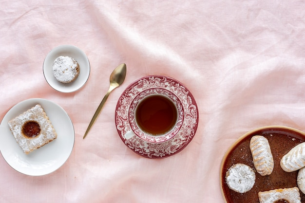 Świeżo upieczone tradycyjne ciasto z herbatą