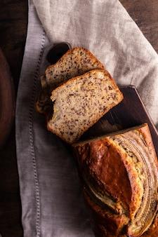 Świeżo upieczony chleb bananowy pokrój na drewnianej desce