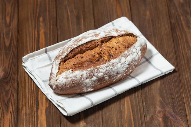 Świeżo upieczony chleb. chleb gryczany na białej serwetce