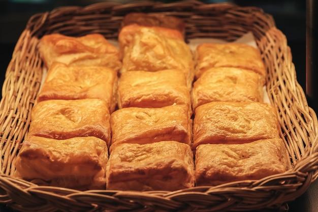 Świeżo upieczony chleb w koszu gotowym do spożycia rano.