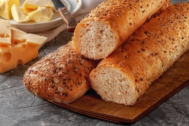 Świeżo upieczony chleb z sezamem